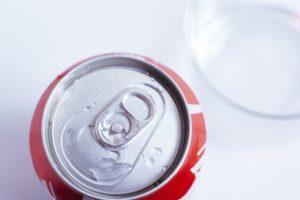 炭酸飲料の缶を開けるとき