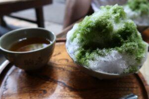 かき氷と温かいお茶